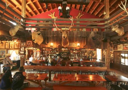 union familiar: Apache Junction, Arizona - 15 de marzo: Goldfield Ghost Town el 15 de marzo de 2015, cerca de Apache Junction, Arizona. En el interior del salón en Mammoth Glodfield Ghost Town en Arizona.