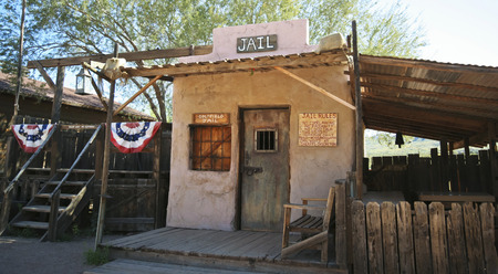 union familiar: Apache Junction, Arizona - 15 de marzo: Goldfield Ghost Town el 15 de marzo de 2015, cerca de Apache Junction, Arizona. La antigua cárcel de Goldfield Ghost Town, una atracción turística popular en Apache Junction en Arizona. Editorial