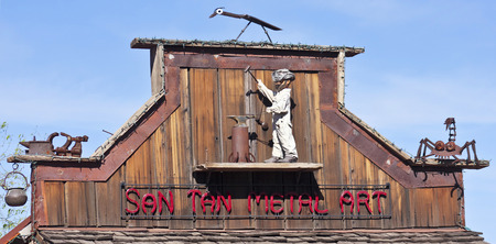 union familiar: Apache Junction, Arizona - 15 de marzo: Goldfield Ghost Town el 15 de marzo de 2015, cerca de Apache Junction, Arizona. Un signo de la azotea de San Tan arte del metal en Goldfield Ghost Town en Arizona.