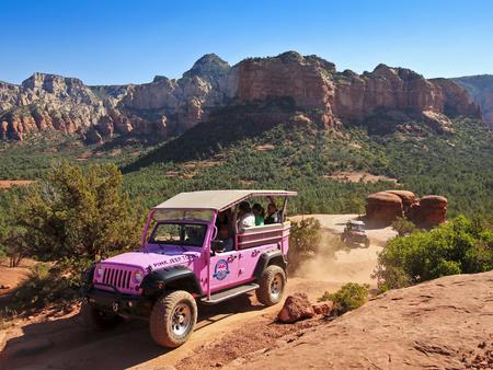 xp: SEDONA, ARIZONA, OCTOBER 15. Broken Arrow Trail on October 15, 2015, near Sedona, Arizona. A  Pink Jeep Tours vehicle loaded with tourists on the Broken Arrow Trail near Sedona, Arizona.
