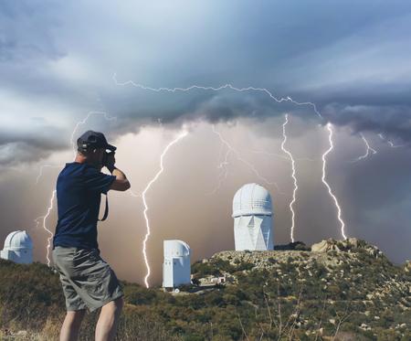Un hombre de las fotografías cima de la montaña Observatorio telescopios Durante una Tormenta de la monzón Foto de archivo - 55831308