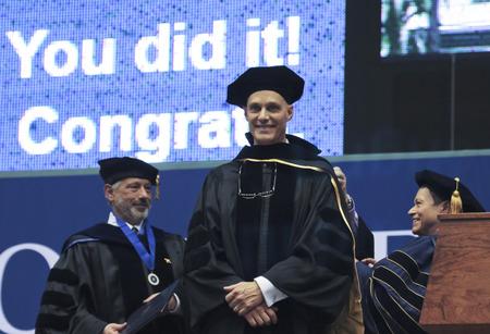 Flagstaff, in Arizona, il 13 maggio Northern Arizona University il 13 maggio 2016, a Flagstaff, in Arizona. Un onorario dottorato è conferito a David J. Mangelsdorf per il suo lavoro in Farmacologia presso l'Northern Arizona University inizio 2016.