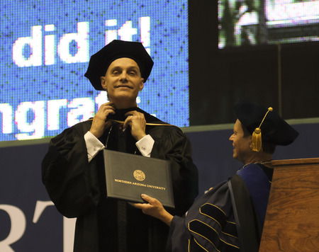 Flagstaff, in Arizona, il 13 maggio Northern Arizona University il 13 maggio 2016, a Flagstaff, in Arizona. Un onorario dottorato è conferito a David J. Mangelsdorf per il suo lavoro in Farmacologia presso l'Northern Arizona University inizio 2016. Editoriali