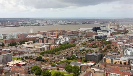 Liverpool, England, Juli 2. Pier Head und der Mersey-Fluss am 2. Juli 2016 in Liverpool, England. Liverpool Sehenswürdigkeiten sind der Exhibition Centre, Echo Arena, das Riesenrad, Albert Dock, Museum of Liverpool, The Royal Liver Building, Merseyside, Cunard