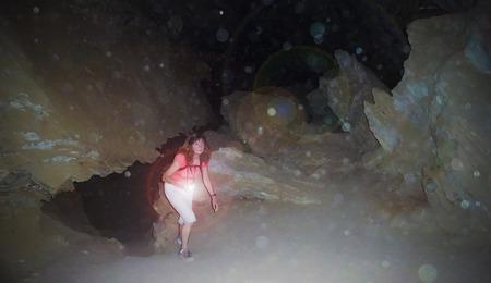suspenso: Una profunda asustada en una cueva solo