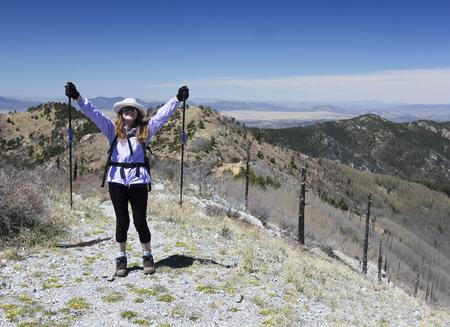 Une femme Randonneur célèbre Atteindre le sommet d'une montagne de pointe Banque d'images - 76652355