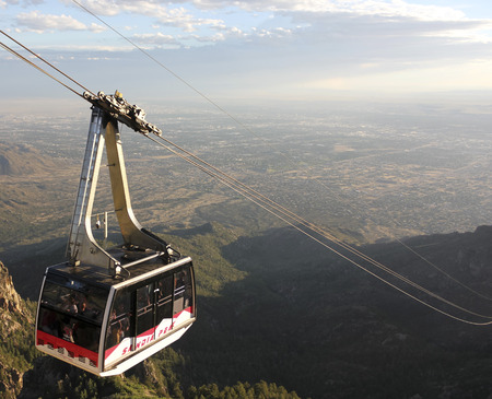 ALBUQUERQUE, NEW MEXICO, JUNE 18. The Sandia Peak Aerial Tramway Observation Deck on June 18, 2017, in Albuquerque, New Mexico. A Sandia Peak Aerial Tramway Downhill Tramcar Seen from the Observation Deck in Albuquerque, New Mexico. Banco de Imagens - 86464001