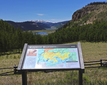 LAKE CITY, COLORADO, JUNE 19. A Scenic Pull-off on Colorado State Highway 149 on June 19, 2017, near Lake City, Colorado. A Scenic View of the Headwaters of the Rio Grande River and a Weminuche Wilderness Sign in the San Juan Mountains of Colorado. 新聞圖片