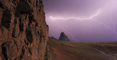 A Purple Sky Full of Lightning at Shiprock in New Mexico Stockfoto