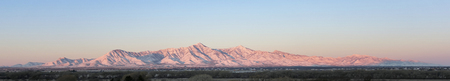 A Panoramic View of the Snowy Huachuca Mountains in Winter in Arizona, USA Banque d'images - 117903153