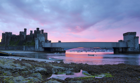 CONWY, GALES, 11 DE JUNIO. Castillo de Conwy el 11 de junio de 2019, en Conwy, Gales. Barcos amarrados durante la marea baja cerca del castillo de Conwy en Conwy, Gales.