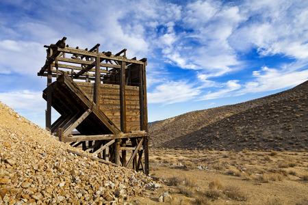prospector: Labores mineras antiguas de madera en el desierto de Nevada. marcos de cabeza y contenedores se utilizan para levantar y tamizar materiales.