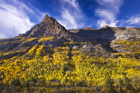 Lamoille Canyon is the largest valley in the Ruby Mountains, located in the central portion of Elko County in the northeastern section of the state of Nevada. Trees are in fall colors. 版權商用圖片