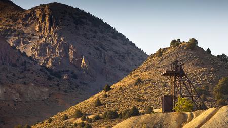 prospector: Viejo elevador industrial de la minería de oro cerca de Virginia City, Nevada