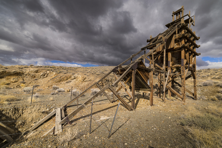 Old gold mining sluice life head frame in the Nevada desert. 版權商用圖片