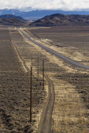 Highway 50 in the Nevada desert.  The loneliest road in America. 版權商用圖片