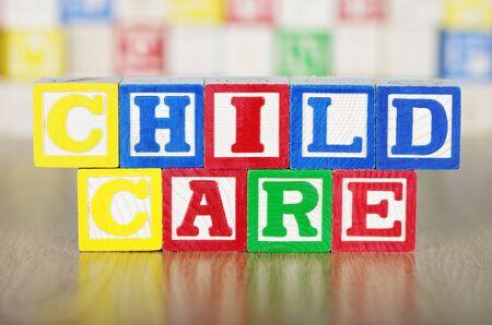Cuidado de niños escrito en bloques de construcción del alfabeto