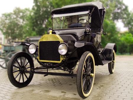 coche antiguo: Vintage coche despu�s de la lluvia Foto de archivo