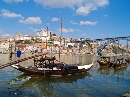 stary Porto i tradycyjnych Å'odzi z beczkami wina, Portugalia Zdjęcie Seryjne