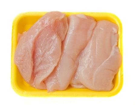 surowego mięsa kurczaka w plastikowej tacki na białym tle