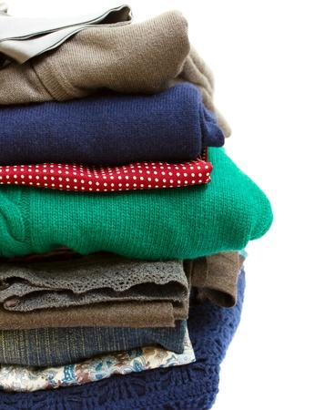ropa casual: pila de ropa de colores sobre fondo blanco Foto de archivo