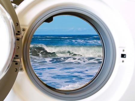 detersivi: lavatrice con i vestiti colorati