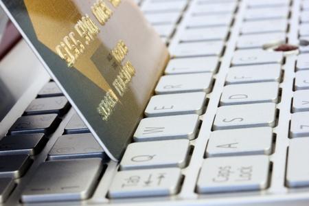 plastikowa karta na klawiaturze komputera - koncepcja shoping internet