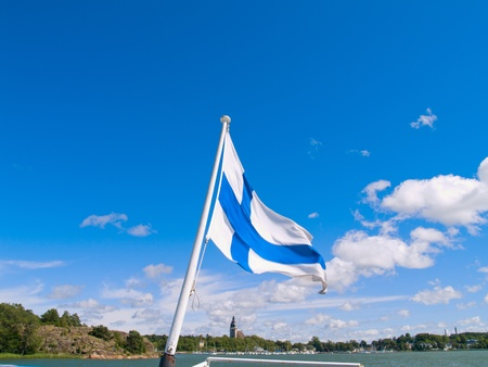 finland�s: bandera de Finlandia en puerto en el centro de Naantali en d�a soleado, Finlandia