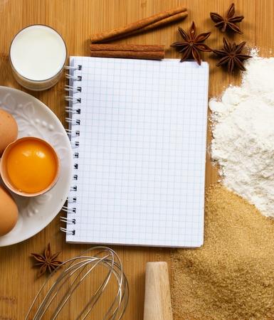 cuaderno en blanco para las recetas con ingredientes para hornear