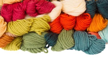 wool fiber: mont�n de hilos de lana aislados sobre fondo blanco Foto de archivo