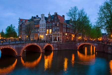 słynne amsterdamskie kanały, w Holandii w duskmous kanałów w Amsterdamie, Holandia, o zmierzchu
