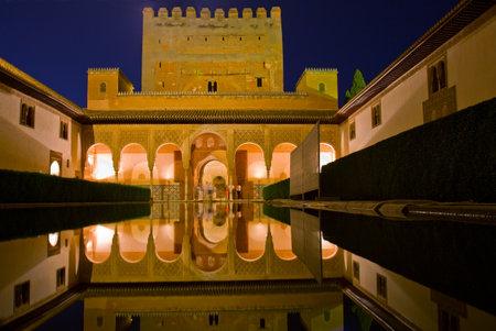 Patio de los Trybunał Arrayanes z Myrtles w La Alhambra w nocy, Granada, Hiszpania