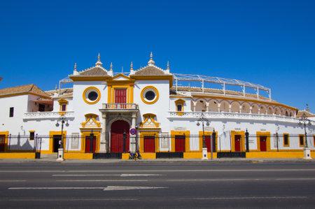 sevilla: De stier arena van Sevilla aan de overkant van de straat, Spanje