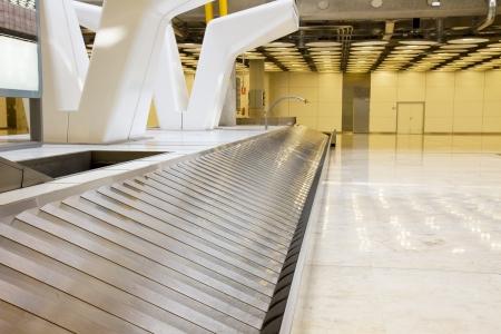 cinta transportadora: banda vac�a equipaje moderno en el aeropuerto