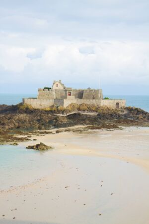 st malo: Fort National - fortezza sull'isola di marea a St Malo, la citt� portuale della Bretagna, sulla Manica, Francia