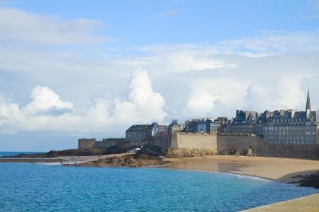 st malo: Atlantic spiaggia sotto le torri della cinta muraria a St Malo, Bretagna, Francia