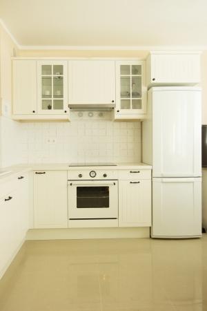 cocina antigua: nueva cocina blanca en estilo rustico antiguo