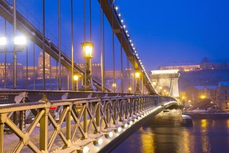 szechenyi: Chain Bridge  Szechenyi lanchid  at night, Budapest, Hungary Stock Photo