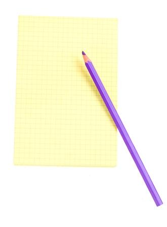 foglio a righe: carta a righe giallo per appunti con matita isolato su sfondo bianco
