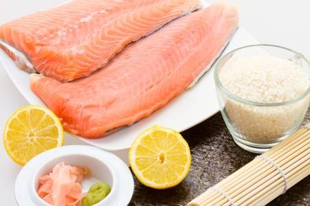 Salmón crudo filete de salmón con otros ingredientes de sushi Foto de archivo - 19668032