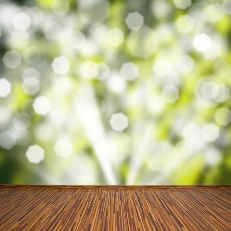 tablones de madera vacíos con fondo de hojas verdes