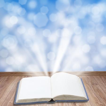 Otwórz książkę na drewnianych desek z magii światła
