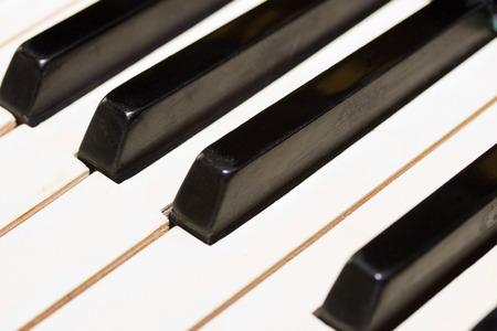grand piano: blanco y negro viejo teclado de piano, Foto de archivo