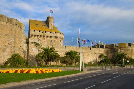 st malo: Vecchie mura difensive della citt� di St. Malo, Francia Editoriali