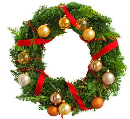 corona de adviento: Guirnalda verde de la Navidad con decoraciones aislados sobre fondo blanco Foto de archivo