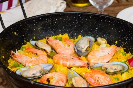 marisco: Paella in black pan close up  -traditional spanish rice dish