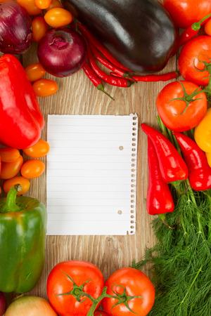 foglio a righe: blank governato nota carta con cornice di verdure colorate