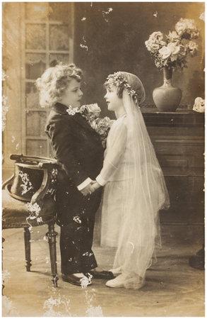 POLEN, WARSCHAU - CIRCA 1920: oude foto van schattige kinderen in trouwjurk jurk. Illustratieve Beeld, onderwerp van human interest