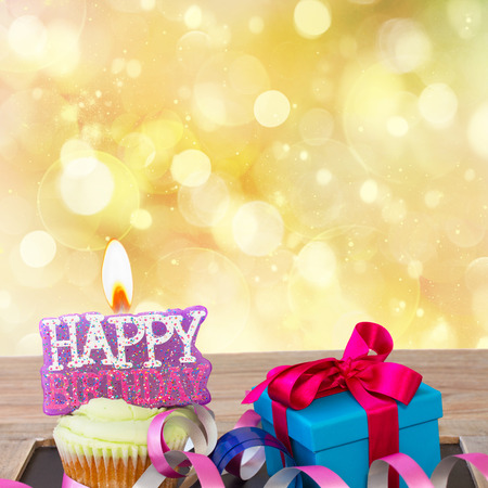 Geburtstag Cupcake mit brennende alles Gute zum Geburtstag Kerze auf goldenem Hintergrund mit Kopie Raum