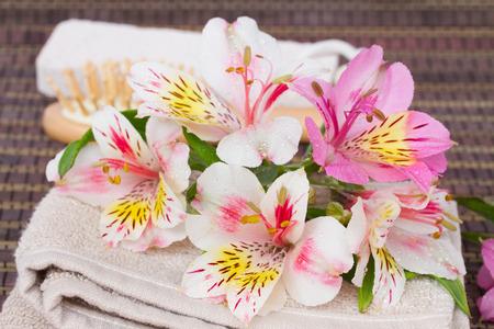 Spa omgeving met handdoeken en verse bloemen alstroemeria Stockfoto - 29687852